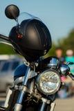 Stary bieżny motocykl z hełmem zdjęcia royalty free