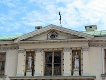 Stary bielu dom z rzeźbą, Lithuania fotografia stock