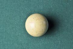 Stary bilardowej piłki biały kolor na zielonym bilardowym stole, kopii przestrzeń fotografia royalty free