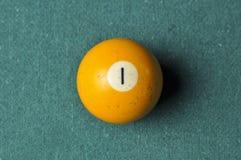 Stary 1 bilardowej piłki liczby żółty kolor na zielonym bilardowym stole, kopii przestrzeń obraz royalty free