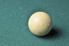 Stary bilardowej pi?ki bia?y kolor na zielonym bilardowym stole, kopii przestrze? zdjęcia royalty free