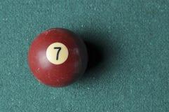 Stary bilardowej pi?ki liczby 7 br?zu kolor na zielonym bilardowym stole, kopii przestrze? obraz stock