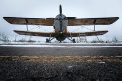 Stary biplan stoi na pasie startowym Obraz Royalty Free