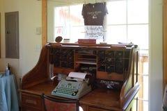 Stary biurko z maszyna do pisania i turysty koszula przy winnicy smacznym pokojem Obrazy Stock