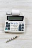 Stary Biurowy kalkulator na Drewnianym Desktop Obraz Royalty Free