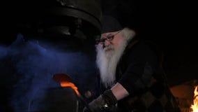 Stary blacksmith zamknięty w górę zbiory wideo
