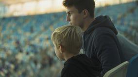Stary brat wyjaśnia reguły sport gra chłopiec przy stadium, bractwo zbiory