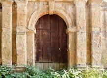 Stary brown drewniany drzwi w kamiennej ścianie Fotografia Royalty Free