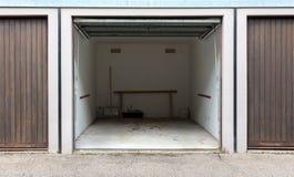 Stary brown drzwi garaż obrazy stock