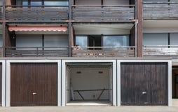 Stary brown drzwi garaż zdjęcie royalty free