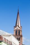 Stary Brown kościół sygnał na niebieskim niebie Fotografia Royalty Free