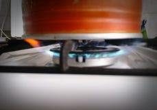 Stary, brudny czajnik na benzynowej kuchence, Obrazy Stock