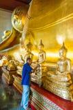 Stary Buddist mężczyzna pozłacanie na kolanie złoty Buddha wizerunek obrazy stock