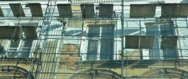 Stary budynek jest pod odbudową Szafoty instalujący i ochraniający silną siatką zdjęcia stock