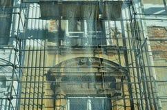 Stary budynek jest pod odbudową Szafoty instalujący i ochraniający silną siatką zdjęcie royalty free