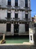 Stary budynek na brzeg rzeki Zdjęcie Royalty Free