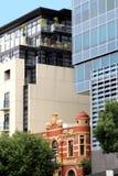 Stary budynek otaczający nowożytną architekturą w Adelaide, Południowy Australia zdjęcia stock