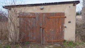 Stary budynek patrzeje jak garaż Zdjęcia Royalty Free