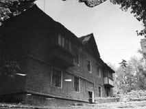 stary budynek w odbiciu podeszczowa kałuża obraz stock