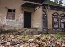 Stary budynek w parku przy spadku czasem, nieociosany i spadać oprócz upływającego czasu obrazy stock