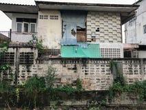 Stary budynek z brudną ścianą zdjęcia stock