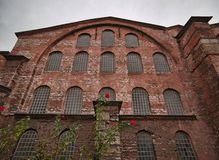 Stary budynek z kamienny fasadowym i wiele okno zdjęcie royalty free