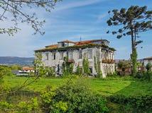 Stary budynku dwór z zielonym bluszczem przerastającym i niebieskim niebem zdjęcie royalty free