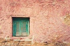 Stary budynku szczegół z okno i grunge czerwień izolujemy tło Zdjęcia Royalty Free