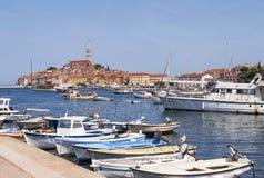 Stary centrum schronienie z łodziami rybackimi podczas letniego dnia Cudowny romantyczny jaskrawy widok średniowieczny Rovinj, Ch Zdjęcie Stock