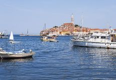 Stary centrum schronienie z łodziami rybackimi podczas letniego dnia Cudowny romantyczny jaskrawy widok średniowieczny Rovinj, Ch Obrazy Stock