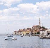 Stary centrum schronienie z łodziami rybackimi podczas letniego dnia Cudowny romantyczny jaskrawy widok średniowieczny Rovinj, Ch Zdjęcia Royalty Free