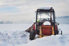 Stary ciągnik pod śniegiem Śnieżna klęska w transporcie Zamarznięty silnik diesla Zdjęcia Stock