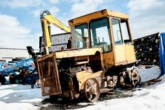 Stary ciągnik wśród nowego wyposażenia Tyumen Rosja Fotografia Stock