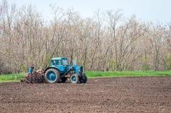 Stary ciągnik w polu orze ziemię Wiosna krajobraz wieś, gospodarstwo rolne Fotografia Stock