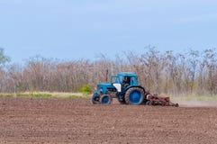 Stary ciągnik w polu orze ziemię Wiosna krajobraz wieś, gospodarstwo rolne Obraz Royalty Free