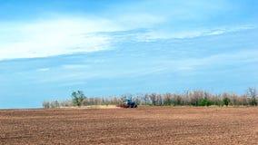 Stary ciągnik w polu orze ziemię Wiosna krajobraz wieś, gospodarstwo rolne Obrazy Stock