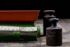 Stary ciężar i ciężary na drewnianym stole Stara używać kuchni skala Fotografia Royalty Free