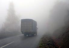 Stary Ciężarowy chodzenie przez mgły fotografia stock