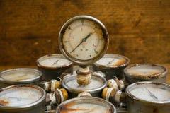 Stary ciśnieniowy wymiernik lub awaryjny ciśnieniowy wymiernik ropa i gaz przemysł na drewnianym tle, wyposażenie proces produkcj Zdjęcie Royalty Free
