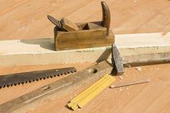 Stary cieśli narzędzi kłamstwo na stole hebluje, saw, poziom, miarka, młot, ołówek, Fotografia Stock