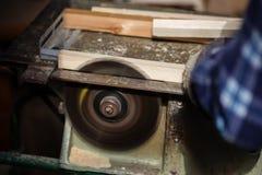 Stary cieśla pracuje z drewnem Fotografia Royalty Free