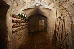 Stary, ciemny suterenowy korytarz z narzędziami, Zdjęcia Royalty Free