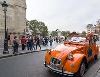 Stary Citroen 2CV parkujący przy katedralny notre-dame de paris, Francja Zdjęcie Royalty Free