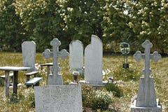 Stary cmentarz przerastający z trawą zdjęcie royalty free