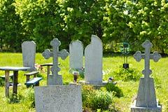 Stary cmentarz przerastający z trawą obraz stock