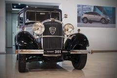 Stary collectible ?cis?y czterocylindrowy sedan - Peugeot 301, 1933 fotografia stock