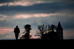 Stary człowiek na swój sposobie kościół zdjęcie royalty free