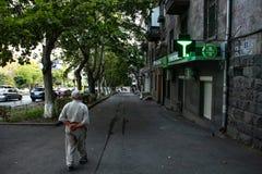 stary człowiek spacerować fotografia stock