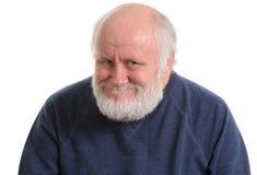Stary człowiek z podstępnym chytrym sfałszowanym uśmiechem, odosobnionym na witce zdjęcia royalty free