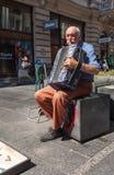 Stary człowiek bawić się akordeon obraz royalty free
